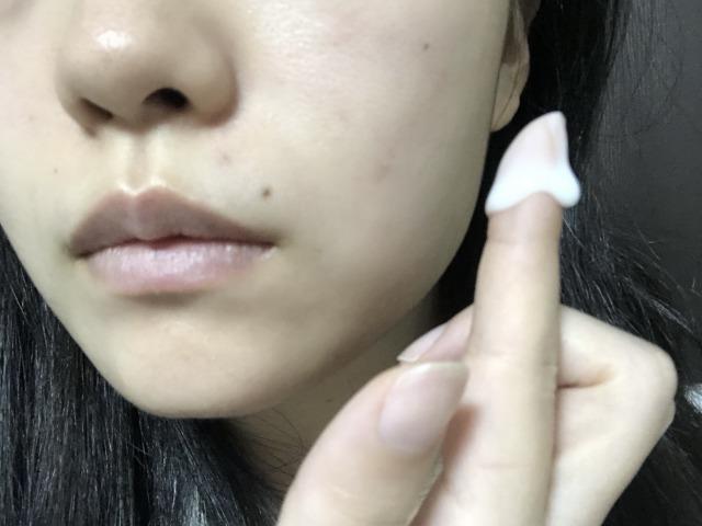 クリームをお肌へぬる直前、人差し指でぬります。