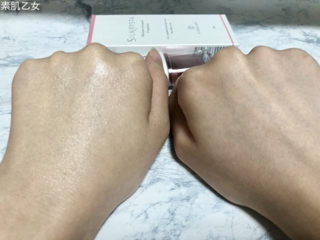 シルクリスタを塗った手の甲。左右比較してます。