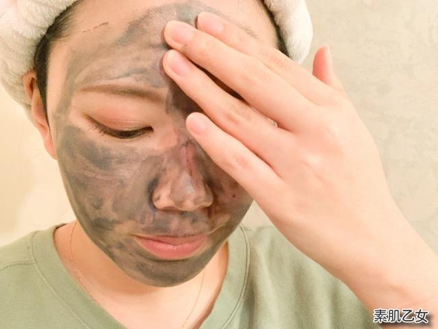 ピュアナクレを顔全体へ伸ばしています。