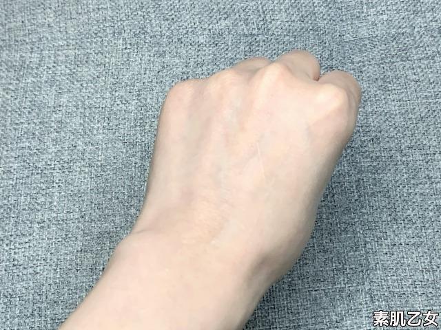 手の甲へ伸ばした。