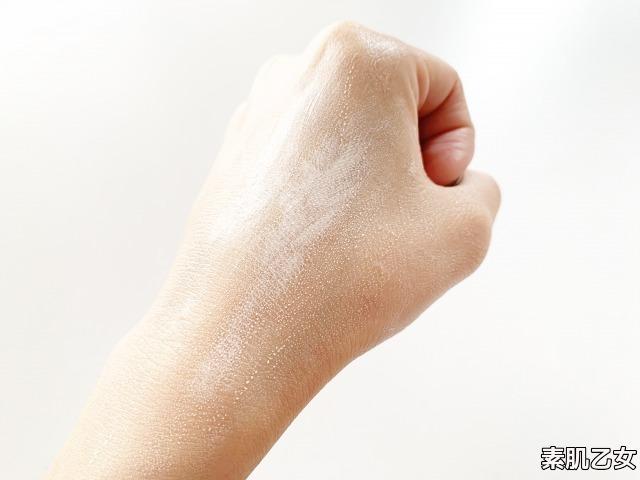 ウユクリームを手の甲へ